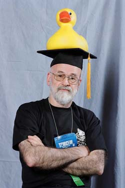Prof. Terry Pratchet (el de debajo del pato)