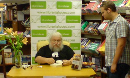 George R.R. Martin durante la firma de libros en la Librería Luces