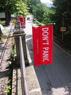 Carteles en Innsbruck, Austria, en homenaje a Douglas Adams durante el Día de la Toalla