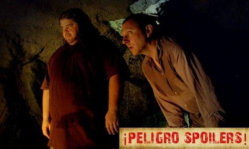 Hurley y Ben durante el último capítulo de Lost en cierta cueva mirando a cierto personaje hacer cierta cosa con cierto objeto que afecta a la isla de cierta manera