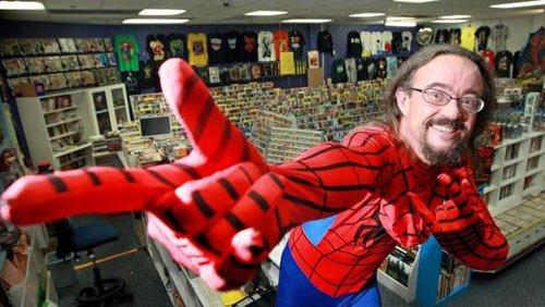 Michael 'Spidey' Baulderstone en su tienda, Adelaide Comic Centre