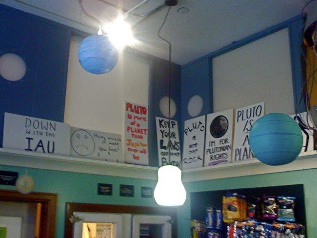 Greenwood Space Travel Supply Company: carteles en defensa de Plutón