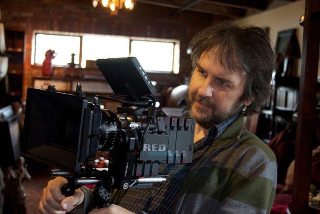 Peter Jackson con una de sus 30 cámaras Red Epic, con las que rodará El Hobbit