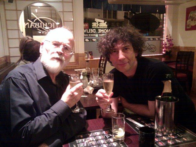"""Terry Pratchett y Neil Gaiman, brindando por """"Algo No Explicado"""""""