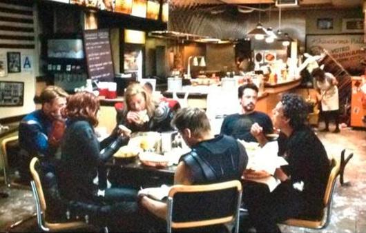 Los Vengadores comiendose un shawarma