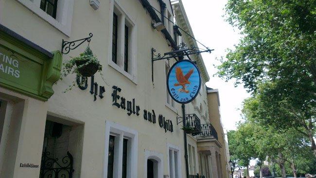 The Eagle and Child, fachada principal