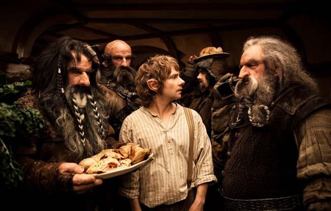 Bilbo rodeado de enanos